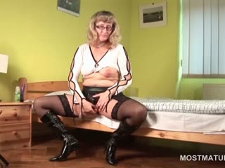 Porno Video of Stockinged Mature In Glasses Toying Her Fuck Hole